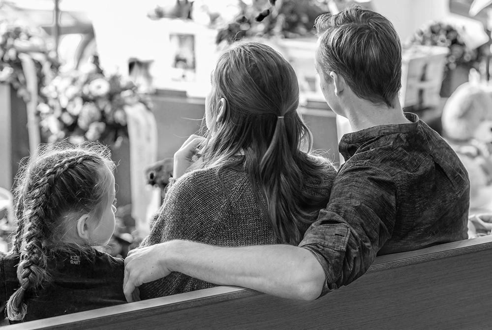 Meisje liefdevol ondersteund door ouders